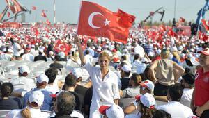 Elimizde bayrak dilimizde marş kalbimizde TÜRKİYE