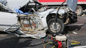 Hatayda kamyonete çarpan otomobildeki 1 kişi öldü,  sürücü yaralandı