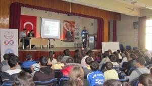 Gediz'de Öğrencilere Güvenli İnternet Kullanımı Semineri