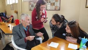 Burhaniyeli Öğrenciler Huzurevindeki Yaşlıları Sevindirdi
