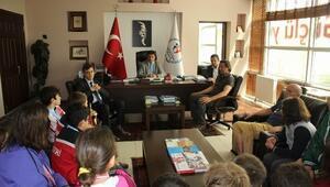 Şampiyon Yüzücüler Murat Eskici'yi Ziyaret Etti