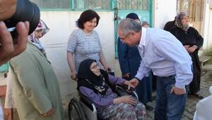 Burhaniye'de Yaşlı Kadın Validen Yol İstedi