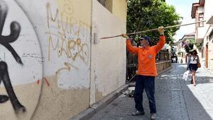Muratpaşa Kaleiçi'nin Duvarlarını Temizliyor