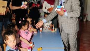 Prof. Dr. Çaha Çocuklara Süt Dağıttı