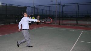 Başkan Güvenç'ten Kortta Tenis Maçı