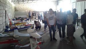 Kayserili Gençler, Portekiz Ve Romanyalı Guruba Model Uçak Eğitimi Verdi