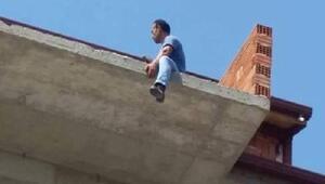 Parasını alamayınca çatıya çıktı