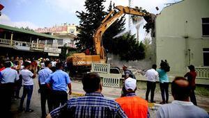 Kent merkezindeki askeri bina törenle yıkıldı