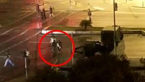 Kucağında çocuğuyla darbeci askerlerin karşısına çıktı
