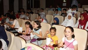 Akyazı'da Kur'an Kursu Öğrencilerine Ücretsiz Sinema Gösterimi Başladı