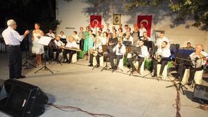 Burhaniye'de Körfez Gönül Dostları 1500 Kişiye Konser Verdi
