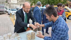 Başkan Özcan Vatandaşlara Aşure Dağıttı