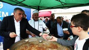 Başkan Toçoğlu Vatandaşlara Aşure İkramında Bulundu