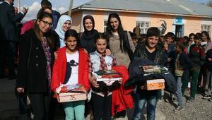 Muş'ta Köy Okulu Öğrencilerine 'Kış' Yardımı