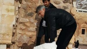 Müdür Bulut İshak Paşa Sarayı'nda Kar Temizledi
