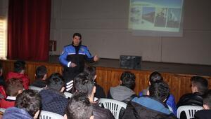 Polis, öğrencilere güvenli internet eğitimi verdi