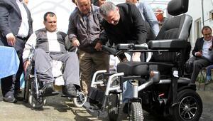 Hayırsever iş kadınından engelliye akülü araba