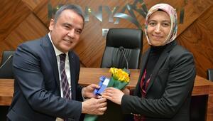 Başkan Böcek, personelinin Kadınlar Gününü kutladı