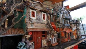 Atık malzemelerle tarihi binaların maketlerini yapıyor