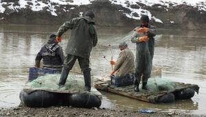 Murat Nehrinde balık avı