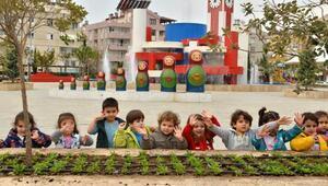 Konyaaltı Belediyesi Kreşinin minikleri çiçek dikti