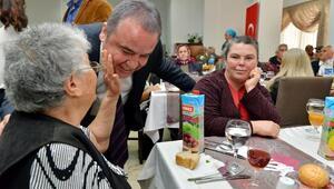 Konyaaltında yaşlılar onuruna yemek