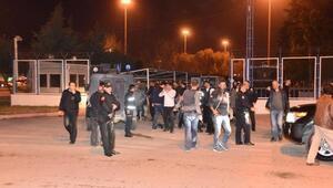 Eyleme müdaha eden polis, molotof kokteyli ile yaralandı