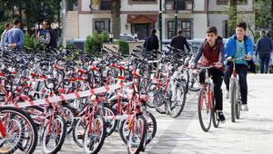 Rizede ilköğretim okullarına 300 bisiklet dağıtıldı