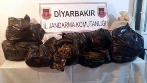 Diyarbakırda trafik kazasına karışan otomobilde 79 kilo esrar bulundu