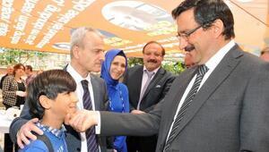 Başkan Ak Halk Eğitim Merkezi kermesini ziyaret etti