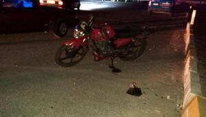 Kasksız motosikletli genç yaşamını yitirdi