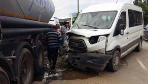 Minibüs TIRa çarptı: 9 yaralı
