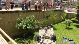 Hızını alamayan otomobil, site bahçesine uçtu