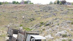 Freni boşalan kamyon kayalara çarptı; 2 yaralı