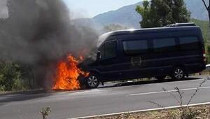 Tur minibüsü seyir halindeyken yandı