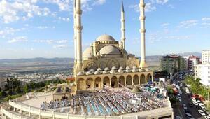 Cami bahçesinde 3 bin kişiye bayram kahvaltısı