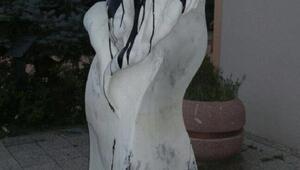 Nilüfer'de heykele çirkin saldırı