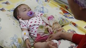 Esma bebek patlamada ölen annesinin tülbentiyle uyuyor