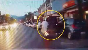 Kontrolsüz açılan otomobil kapısına çarpan motosikletli yaralandı