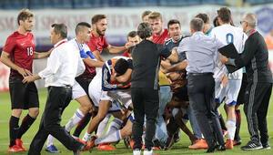 Türkiye - Güney Kıbrıs maçında saha karıştı Tekmeler havada uçuştu...