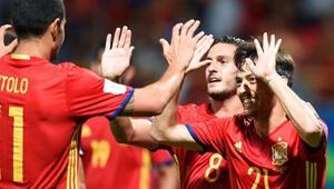 İspanya, gol yağdırarak başladı