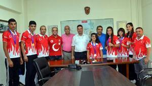 Ataşbak başarılı sporcuları kutladı