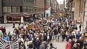 Irkçı saldırıya karşı 15 bin Fin yürüdü