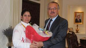 Paralimpik Olimpiyatlarda 3'ncü olan judocuya çeyrek altın ödül