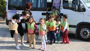 Minik öğrenciler hayvanları koruma gününde geçici bakımevini ziyaret etti
