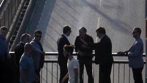 Bursa Valisi köprüden atlamak isteyen adamı kolundan yakaladı