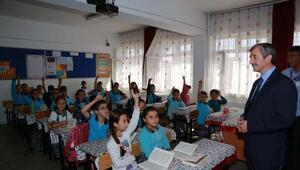 Başkan Tahmazoğlu öğrencilere kitap dağıttı