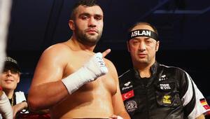 Türk boksörün rakibi ringi terk etti