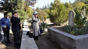 Davutoğlu çiftinden mezarlık ziyareti