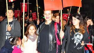 Manisada Cumhuriyet Bayramı 10 bin kişilik fener alayı ile kutlandı